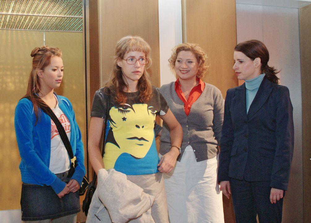 Lisa (Alexandra Neldel, 2.v.l.) ist peinlich berührt, als sie nach der Blamage am vorangegangenen Abend mit geliehenem T-Shirt im Mittelpunkt des In... - Bildquelle: Monika Schürle SAT.1 / Monika Schürle