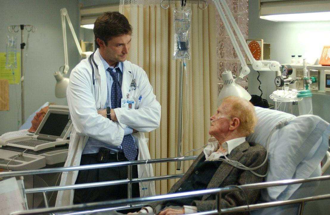 Nachdem Carter (Noah Wyle, l.) vor zehn Jahren einen großen Fehler gemacht hat, möchte er dieses mal Mr. Rubadoux (Red Buttons, r.) die Wahrheit sag... - Bildquelle: WARNER BROS