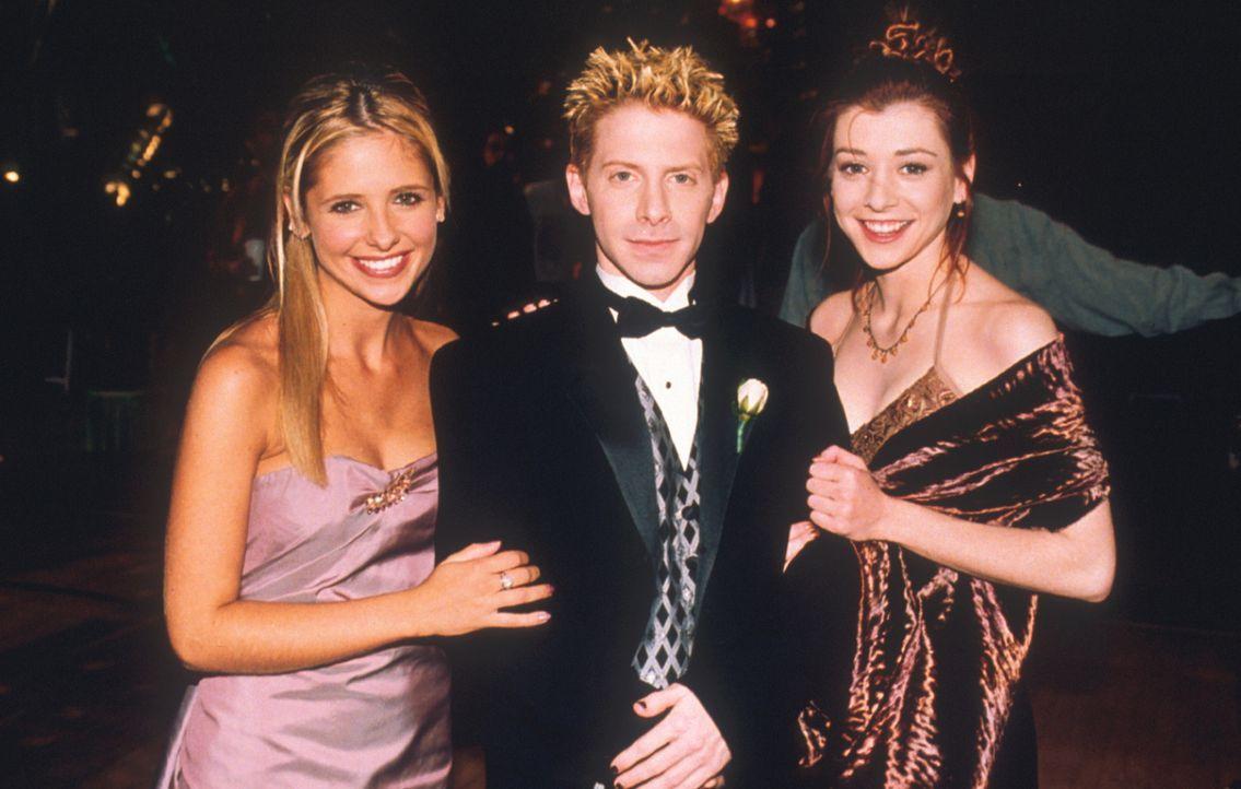 Buffy (Sarah Michelle Gellar, l.), Oz (Seth Green, M.) und Willow (Alyson Hannigan, l.) amüsieren sich auf dem Abschlussball ihrer Schule. - Bildquelle: TM +   2000 Twentieth Century Fox Film Corporation. All Rights Reserved.
