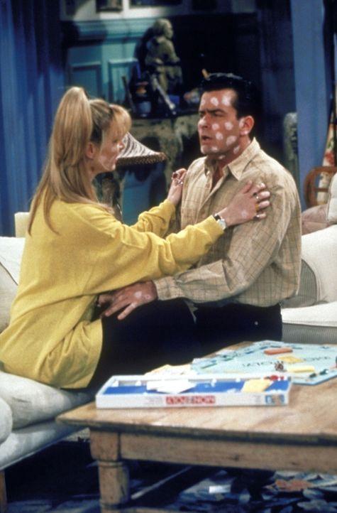 Der Juckreiz, den die Windpocken verursachen, ist für Phoebe (Lisa Kudrow, l.) und Ryan (Charlie Sheen, r.) unerträglich. - Bildquelle: TM+  2000 WARNER BROS.