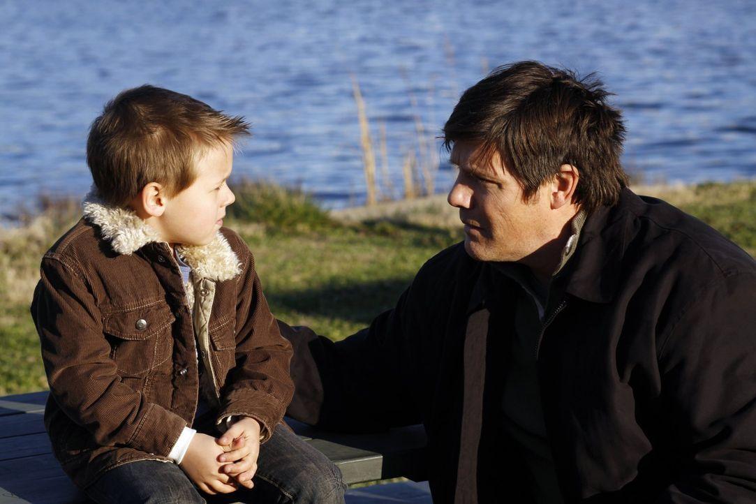 Dan (Paul Johansson, r.) nimmt Abschied von Jamie (Jackson Brundage, l.). Für immer? - Bildquelle: Warner Bros. Pictures
