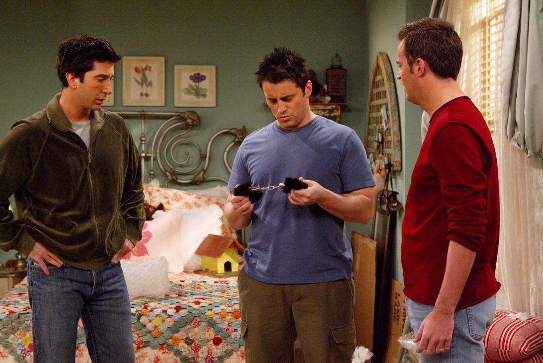 Beim Kistenpacken machen Ross (David Schwimmer, l.), Joey (Matt LeBlanc, M.) und Chandler (Matthew Perry, r.) eine überaus interessante Entdeckung .... - Bildquelle: Warner Bros. Television