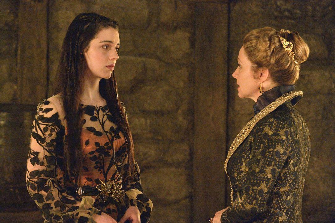 Weil Mary (Adelaide Kane, l.) und Katherine (Megan Follows, r.) beide wissen, dass König Henrys Geisteskrankheit eine große Gefahr für Frankreich da... - Bildquelle: 2013 The CW Network, LLC. All rights reserved.