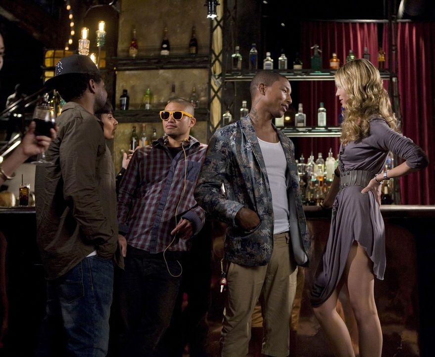 Auf der angesagten Party hat Jen (Sara Foster, r.) die Gelegenheit die coole Band N.E.R.D. persönlich kennen zu lernen... - Bildquelle: TM &   CBS Studios Inc. All Rights Reserved