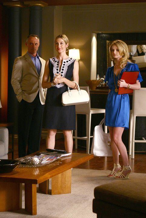 Lily (Kelly Rutherford, M.) und Bart (Robert John Burke, l.) stellen Chuck die Innenarchitektin Amelia (Lydia Hearst, r.) vor. Er ist sofort angetan... - Bildquelle: Warner Bros. Television