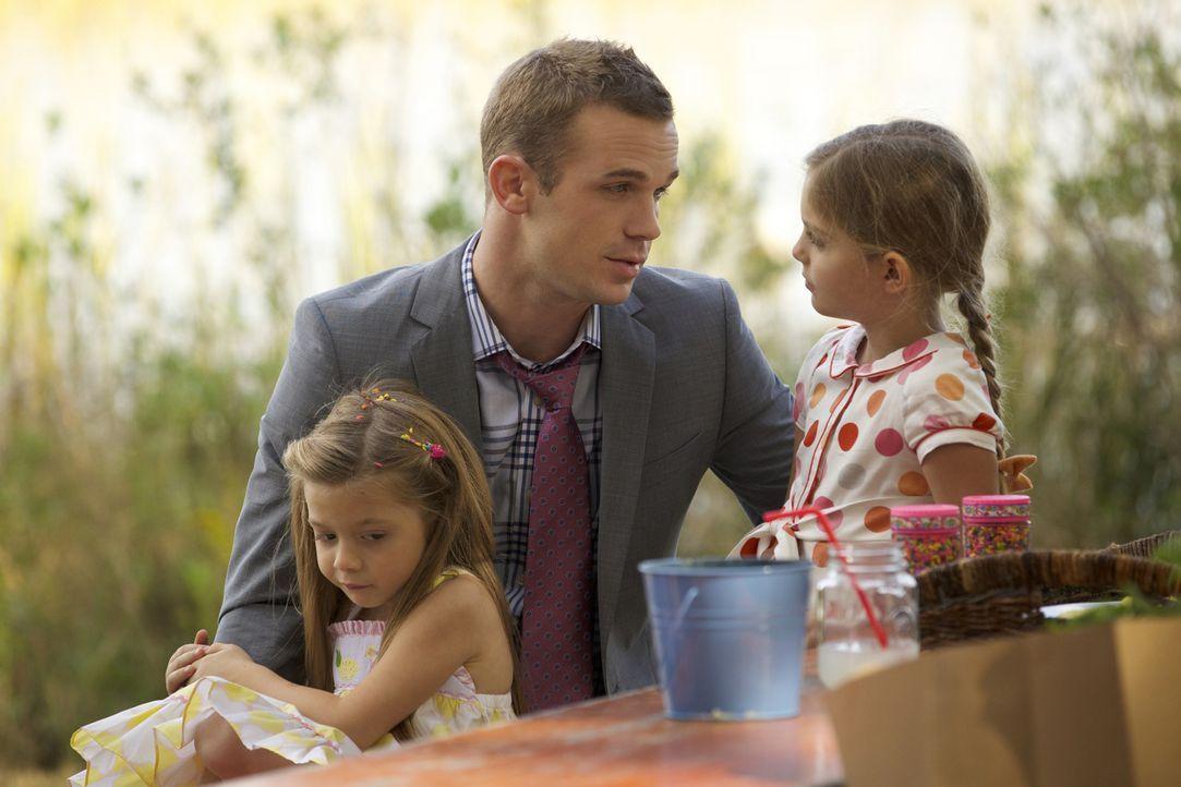 Sein neuster Fall erinnert Roy (Cam Gigandet, M.) daran, wie schön es ist mit seinen Töchtern Marie (Chloe Perrin, l.) und Julia (Isabel Myers, r.)... - Bildquelle: 2013 CBS BROADCASTING INC. ALL RIGHTS RESERVED.