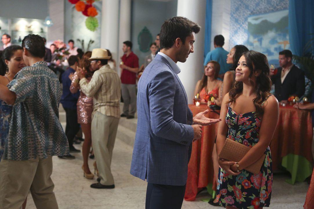 Jane (Gina Rodriguez, vorne r.) merkt immer mehr, dass sie sich zu Rafael (Justin Baldoni, vorne l.) hingezogen fühlt. Doch haben die beiden eine Ch... - Bildquelle: 2014 The CW Network, LLC. All rights reserved.