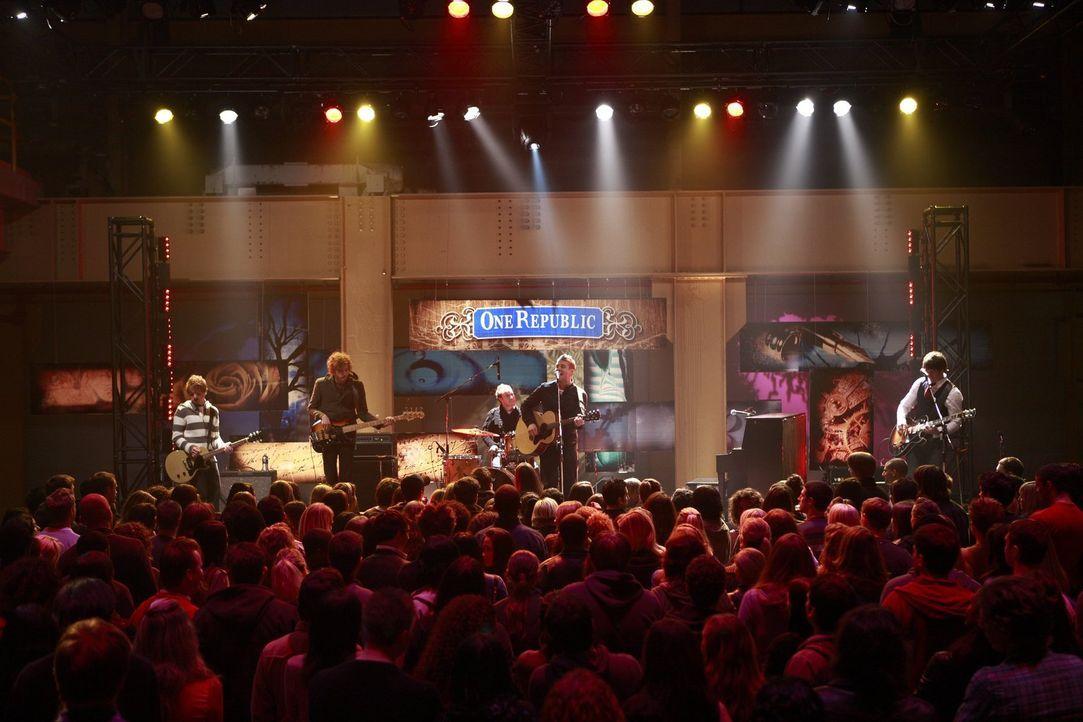 Die Band One Republic tritt in der Kaugummifabrik auf und einer ihrer Roadies hat ein Geheimnis ... - Bildquelle: Warner Bros.