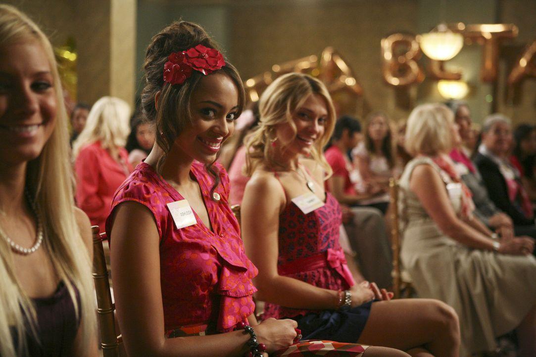 Casey (Spencer Grammer, 3.v.l.), Ashleigh (Amber Stevens, 2.v.l.) und Frannie auf einer nationalen ZBZ-Veranstaltung. Dabei treffen sie auf alte Bek... - Bildquelle: 2008 ABC Family