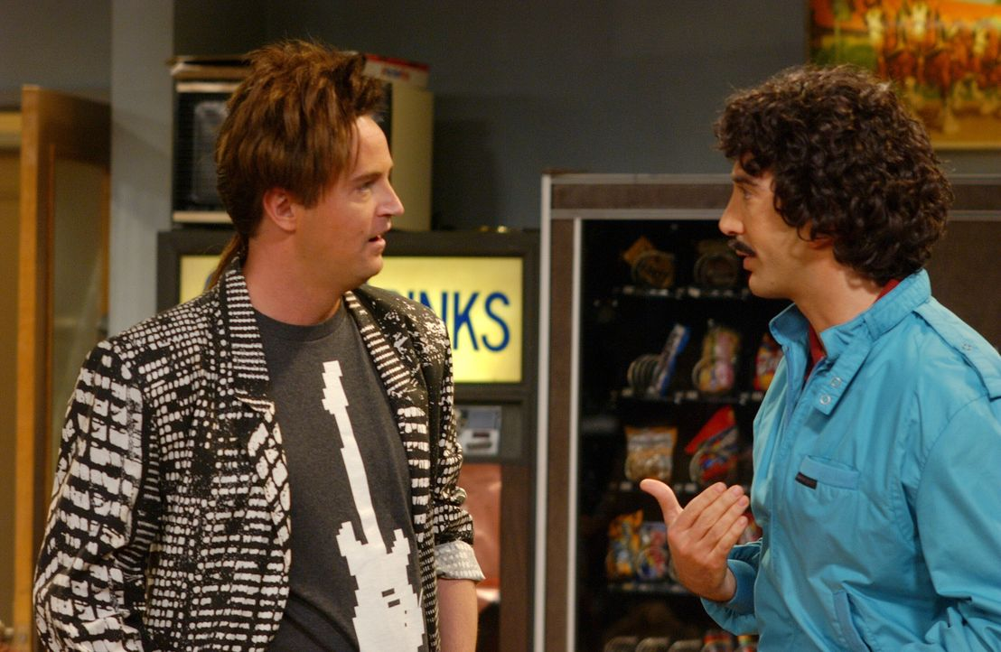 Bei einem College-Treffen von Ross (David Schwimmer, r.) und Chandler (Matthew Perry, l.) kommen so manche Jugendsünden an den Tag ... - Bildquelle: 2003 Warner Brothers International Television