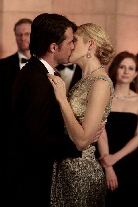 Lily (Kelly Rutherford, r.) zeigt ihrem Ex-Mann, zu wem sie gehört - nämlich Rufus (Matthew Settle, l.) ... - Bildquelle: Warner Bros. Television