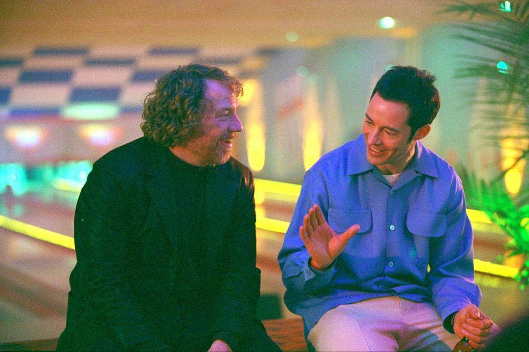 Ed (Tom Cavanagh, r.) bekommt unerwarteten Besuch: sein Bruder Lloyd (Timothy Busfield, l.) erscheint und hat große Pläne mit dem Bowling Center ... - Bildquelle: Paramount