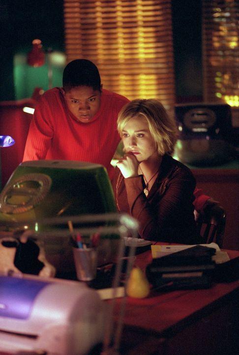Wer oder was steckt hinter den mysteriösen Todesfällen: Chloe (Allison Mack, r.) und Pete (Sam Jones III.) sind ratlos ... - Bildquelle: Warner Bros.