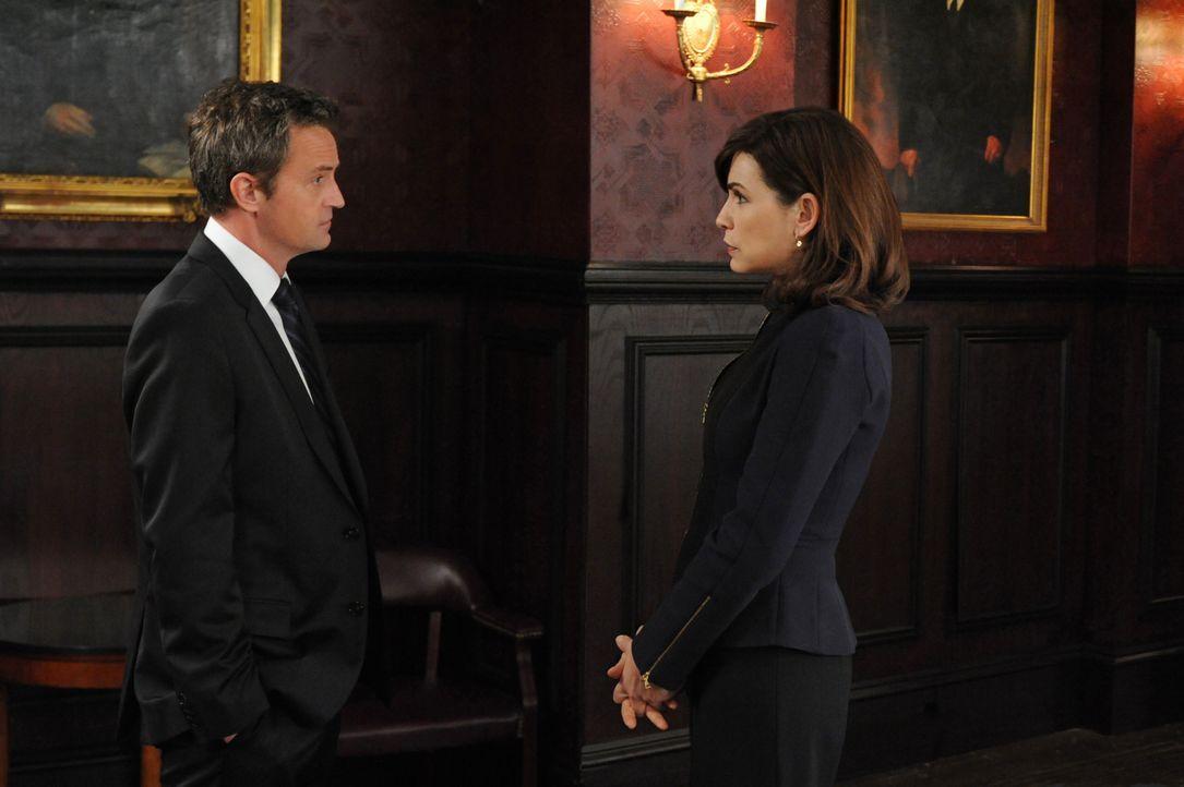 Was hat Mike Kresteva (Matthew Perry, l.) wirklich vor? Alicia (Julianna Margulies, r.) beginnt, sein Verhalten zu hinterfragen ... - Bildquelle: 2011 CBS Broadcasting Inc. All Rights Reserved.