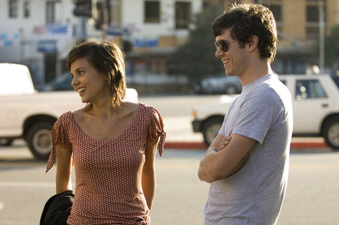 Als Carters (Adam Brody, r.) Beziehung mit dem Model Sofia Buñuel (Elena Anaya, l.) endet, flüchtet er von L.A. nach Detroit - in eine ihm fremde We... - Bildquelle: 2007 Warner Brothers