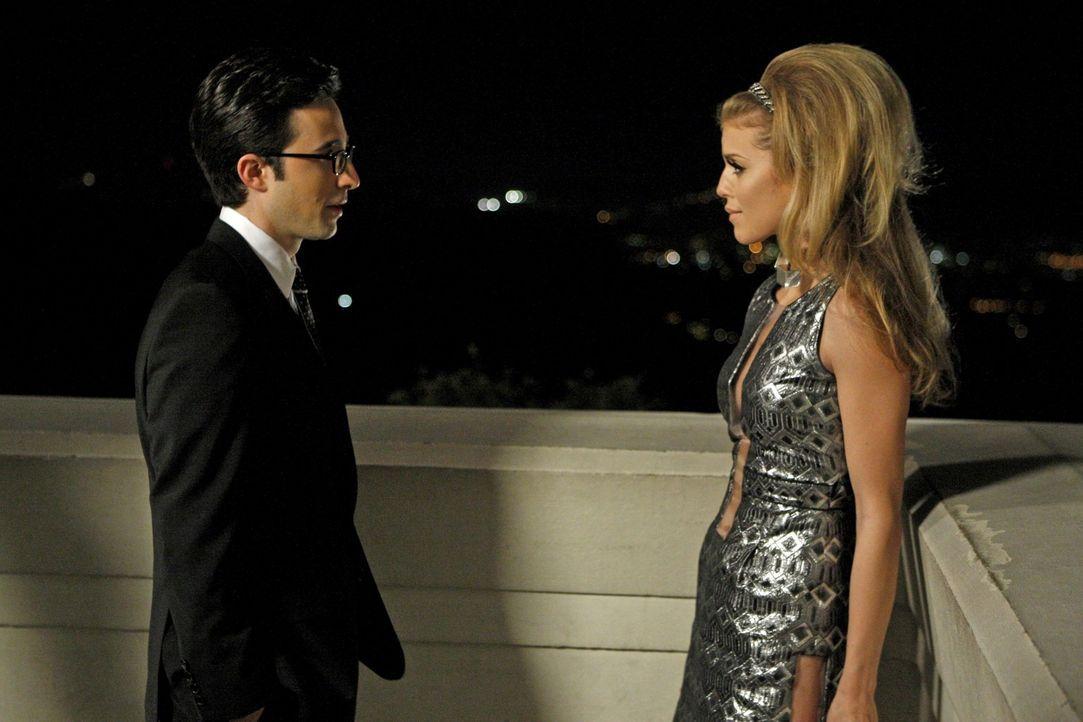 Naomi (AnnaLynne McCord, r.) will auf keinen Fall eine Fernbeziehung mit Max (Josh Zuckerman, l.) ... - Bildquelle: 2011 The CW Network. All Rights Reserved.