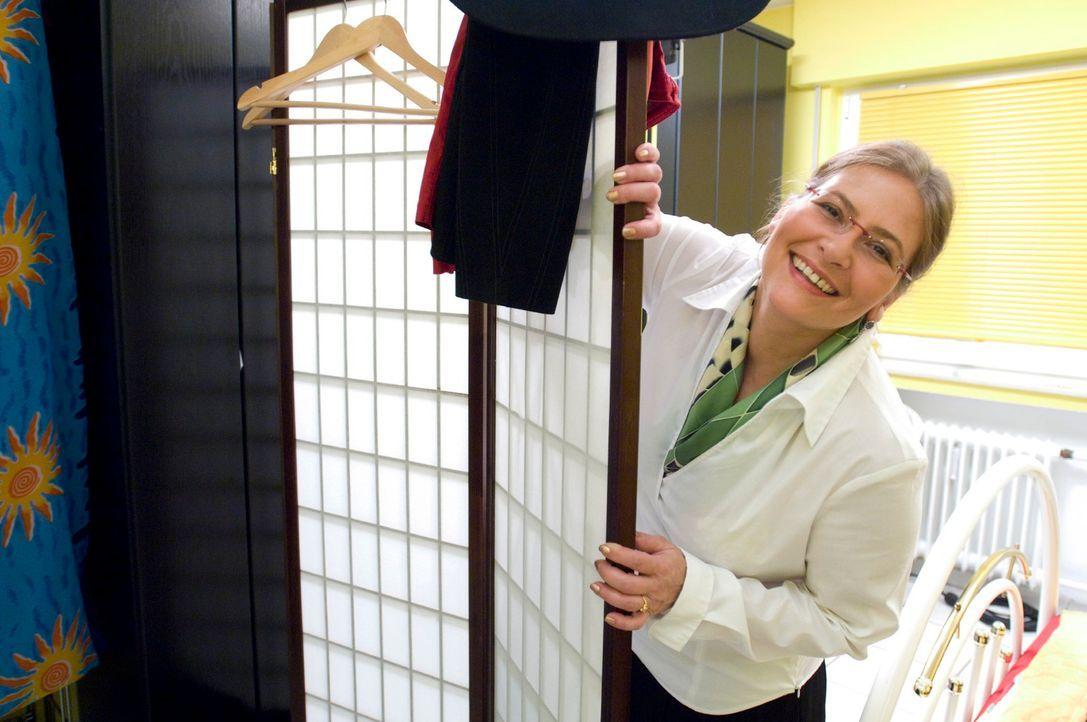 Maggy macht sich bereit, um die von den Kandidaten ausgewählten Outfits zu probieren und zu präsentieren. - Bildquelle: Stefan Menne Sat.1