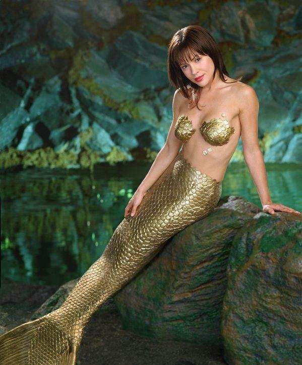 Mit Hilfe ihrer Schwestern verwandelt sich Phoebe (Alyssa Milano) in eine Meerjungfrau, um Mylie aus den Händen der Meerhexe retten zu können ... - Bildquelle: Paramount International Television