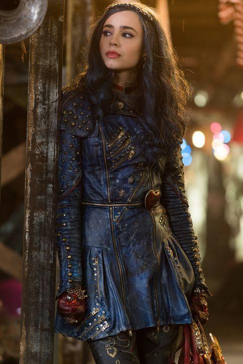 Belauscht zufällig ein Gespräch, in dem deutlich wird, dass Uma alle Bösewichter der Insel nach Auradon schicken will: Evie (Sofia Carson) ... - Bildquelle: Disney