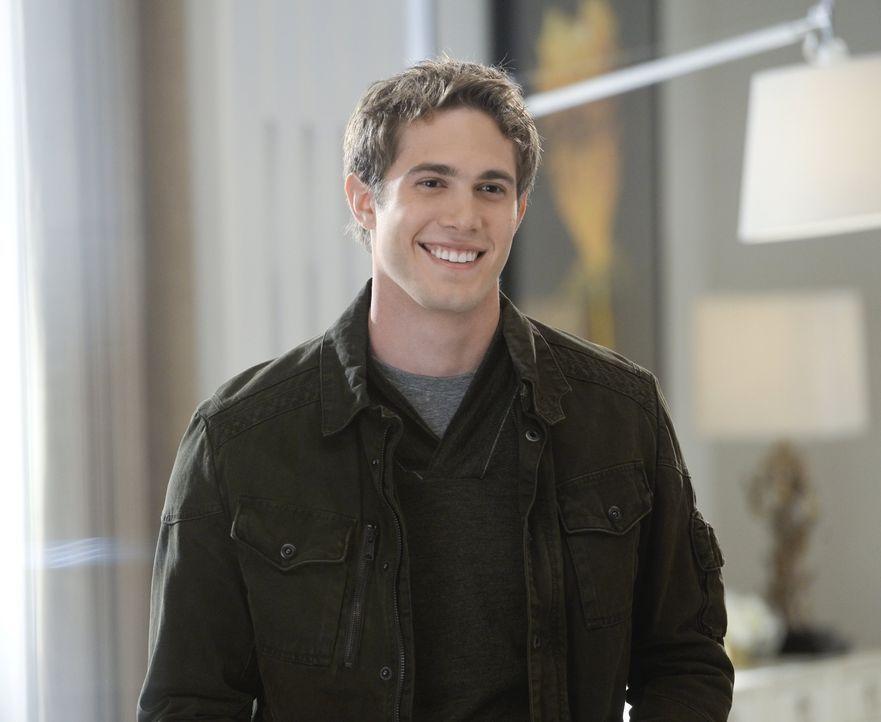 Adam (Blake Jenner), der ältere Sohn von Cat, zu dem sie seit 20 Jahren schon keinen Kontakt mehr hat, taucht plötzlich in der Stadt auf ... - Bildquelle: 2015 Warner Bros. Entertainment, Inc.