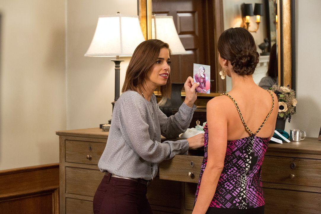 Als Marisol (Ana Ortiz, l.) und Carmen (Roselyn Sanchez, r.) ein paar Klamotten für Opal zusammen suchen, entdecken sie eine verschlossene Schublade... - Bildquelle: 2014 ABC Studios