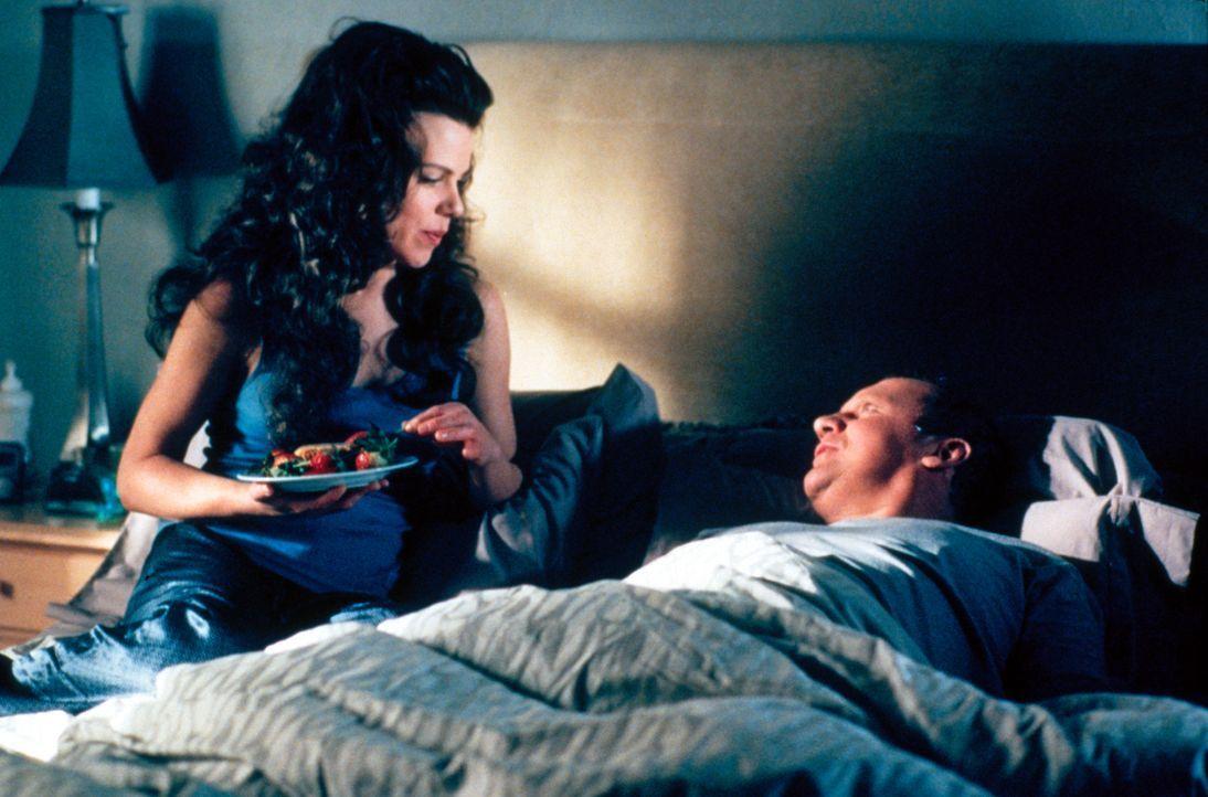 Jackie (Debi Mazar, l.) stattet Dr. Leski (Peter Firth, r.) einen Besuch ab ... - Bildquelle: CBS Television