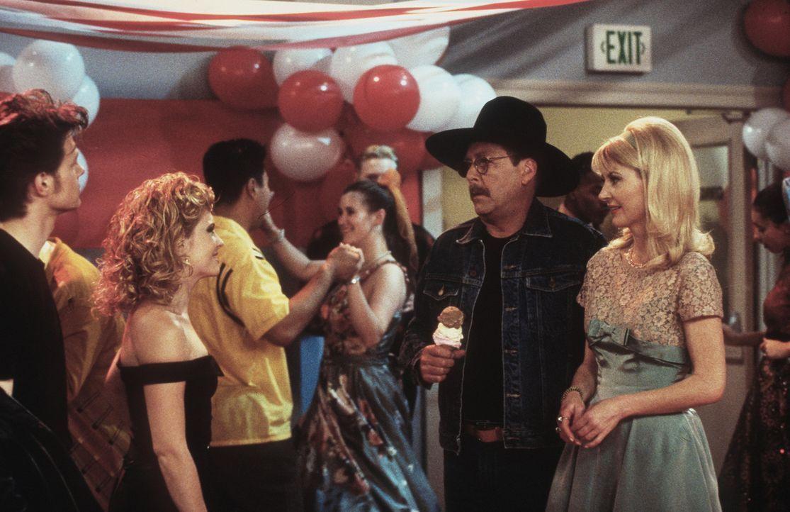"""Während Harvey (Nate Richert, l.), Sabrina (Melissa Joan Hart, 2.v.l.) und Zelda (Beth Broderick, r.) sich für den """"Grease""""-Tanzabend entsprechend... - Bildquelle: Paramount Pictures"""