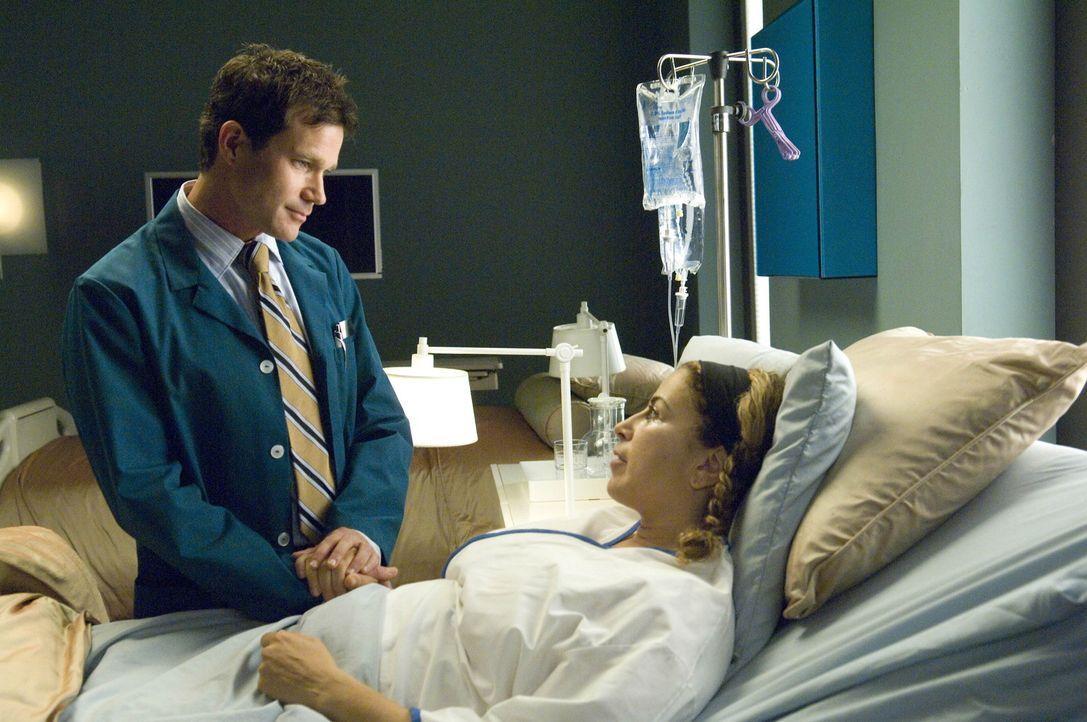 Sean (Dylan Walsh, l.) gelingt die OP an Liz (Roma Maffia, r.), die diese nur aus Liebe zu Poppy über sich hat ergehen lassen ... - Bildquelle: TM and   2004 Warner Bros. Entertainment Inc. All Rights Reserved.