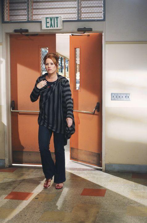 Anne Juergens (Molly Ringwald) besucht die frischgebackene Mutter Amy  im Krankenhaus ... - Bildquelle: 2008 DISNEY ENTERPRISES, INC. All rights reserved. NO ARCHIVING. NO RESALE.