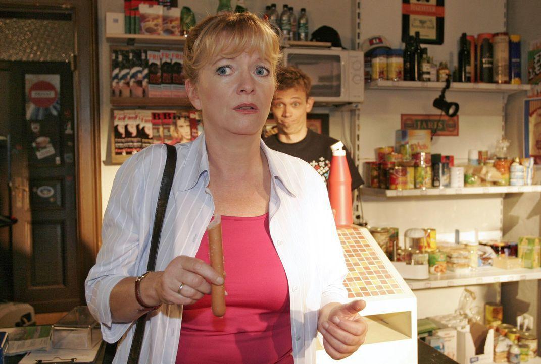 Bei Jürgen (Oliver Bokern, r.) im Laden fällt Helga (Ulrike Mai, l.) plötzlich ein, dass sie ihren Hochzeitstag vergessen hat. - Bildquelle: Noreen Flynn SAT.1 / Noreen Flynn