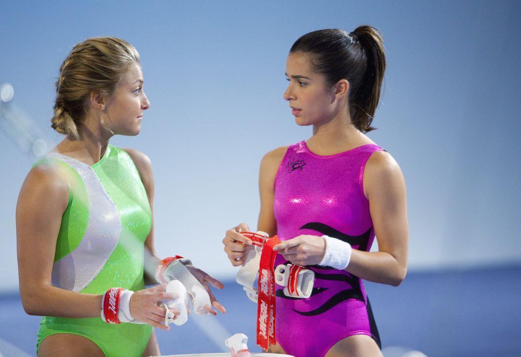 Müssen sich wieder stärker aufs Training konzentrieren: Lauren (Cassie Scerbo, l.) und Kaylie (Josie Loren, r.) - Bildquelle: 2009 DISNEY ENTERPRISES, INC. All rights reserved.