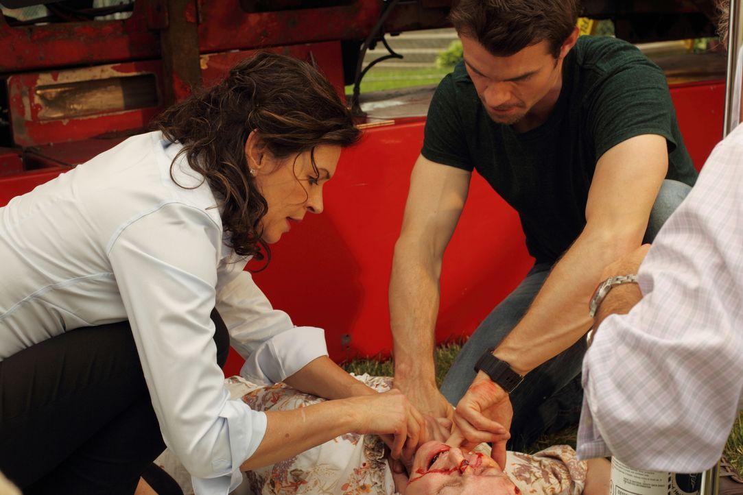 Stephanie (Jane Moffat, liegend) droht von einem Lastwagen erdrückt zu werden. Dr. Dana Kinny (Wendy Crewson, l.) und Dr. Joel Goran (Daniel Gillies... - Bildquelle: 2012 Hope Zee One Inc., All rights reserved