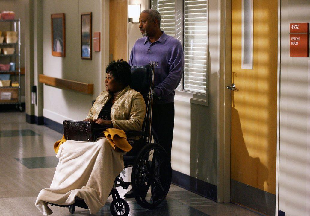 Richard (James Pickens Jr., r.) macht sie große Sorgen um seine Frau Adele (Loretta Devine, l.), die nach einem Zusammenbruch im Krankenhaus liegt... - Bildquelle: Touchstone Television