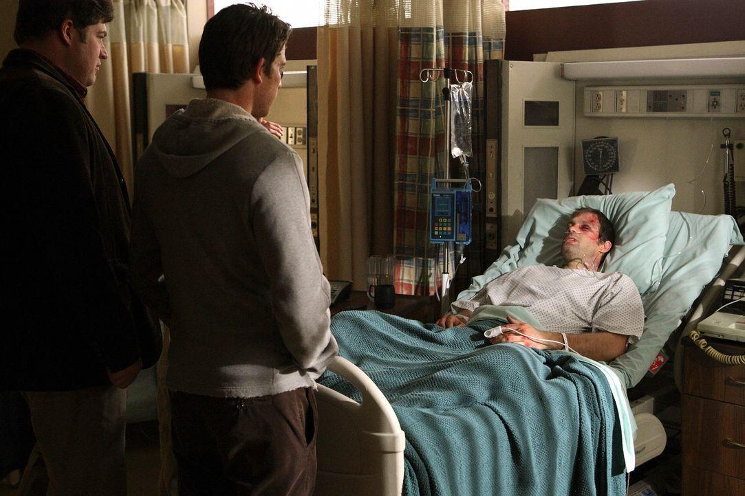 Warum wusste Ikey von dem Überfall auf Eddie (Geoff Stults, r.)? Nick (Bryan Greenberg, M.) und Owen (Brad William Henke, l.) ... - Bildquelle: ABC Studios
