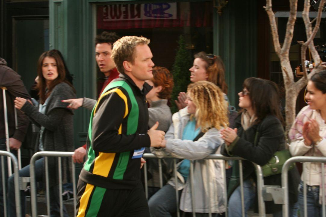 Barney (Neil Patrick Harris, vorne) nimmt am New York City Marathon teil. Er springt für Marshall ein, der sich kurz zuvor den Zeh gebrochen hat. Ro... - Bildquelle: 20th Century Fox International Television