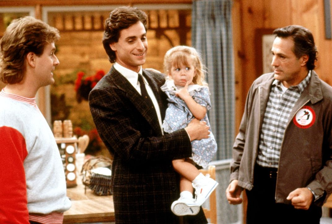 Noch ahnen Joey (Dave Coulier, l.), Danny (Bob Saget, 2.v.l.) und Michelle (Mary-Kate/Ashley Olsen, 2.v.r.) nicht, wie Jesses Vater Nick (John Aprea... - Bildquelle: Warner Brothers Inc.