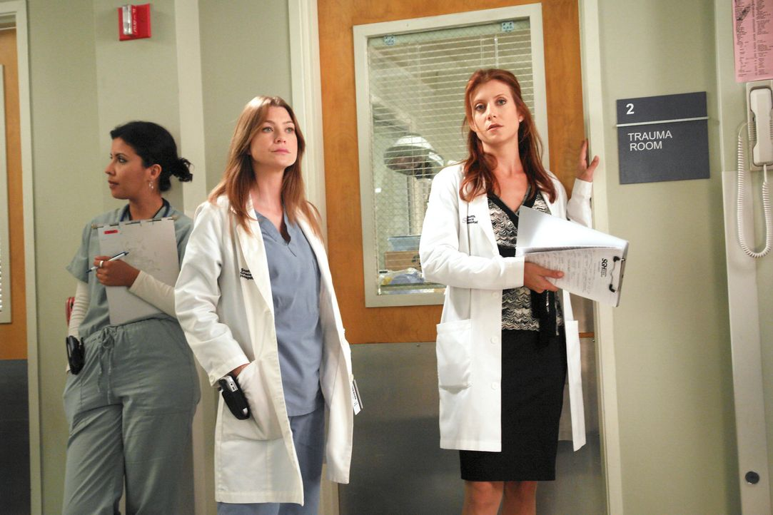 Meredith (Ellen Pompeo, M.) wird Addison (Kate Walsh, r.) zugeteilt und dabei erfährt sie, dass Derek und Addison die Scheidungspapiere bereits unte... - Bildquelle: Touchstone Television