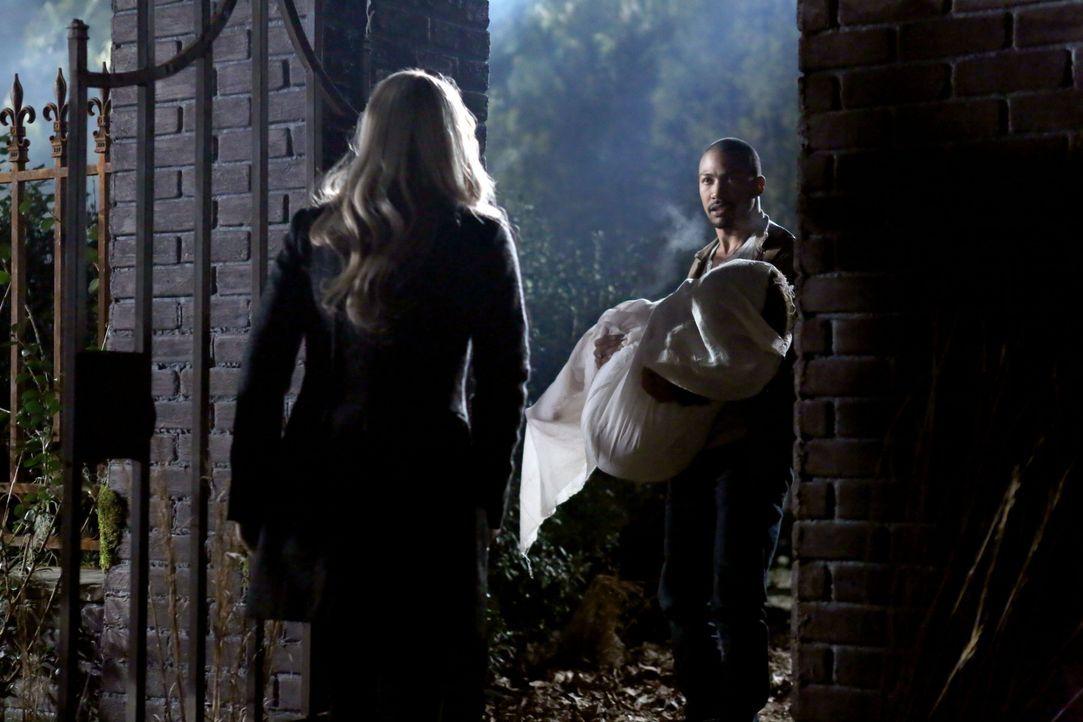 Marcel muss alleine fliehen, um Davina in Sicherheit zu bringen - Bildquelle: Warner Bros. Entertainment Inc.