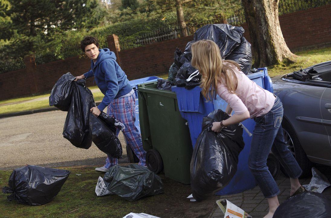 """Sie soll auf den """"Neuzugang"""" in der Familie aufpassen, doch Lori (April Matson, r.) rechnet nicht damit, dass sich Kyle (Matt Dallas, l.) so ungesch... - Bildquelle: TOUCHSTONE TELEVISION"""
