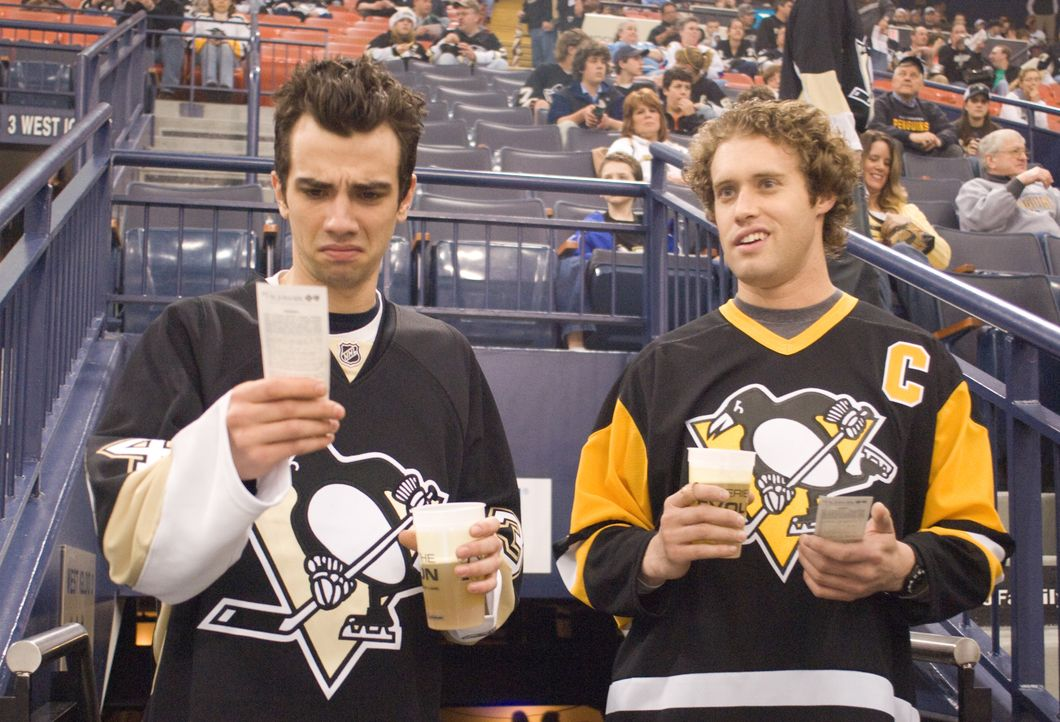 Kirk (Jay Baruchel, l.) und Stainer (T.J. Miller, r.) können nicht fassen, dass sie beim Eishockeymatch ihres Lieblingsteams wirklich in der ersten... - Bildquelle: 2009 DREAMWORKS LLC. All Rights Reserved.