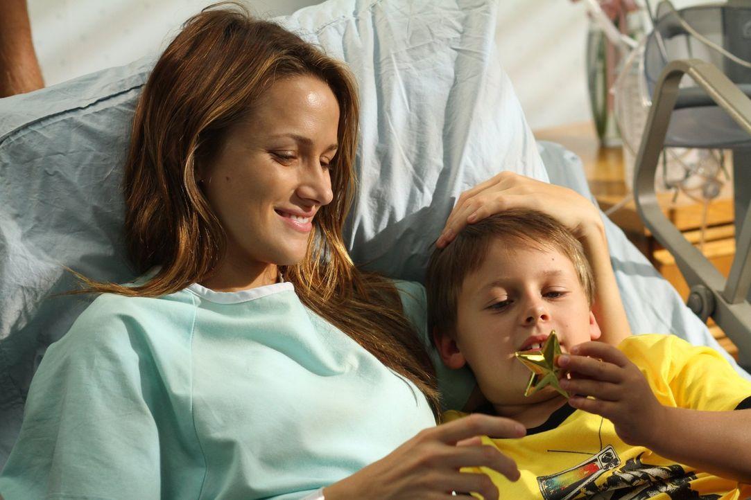 James (Jackson Brundage, r.) möchte Quinn (Shantel VanSanten, l.) den Glücksstern geben, doch diese ist mit den Gedanken immer bei Clay ... - Bildquelle: Warner Bros. Pictures
