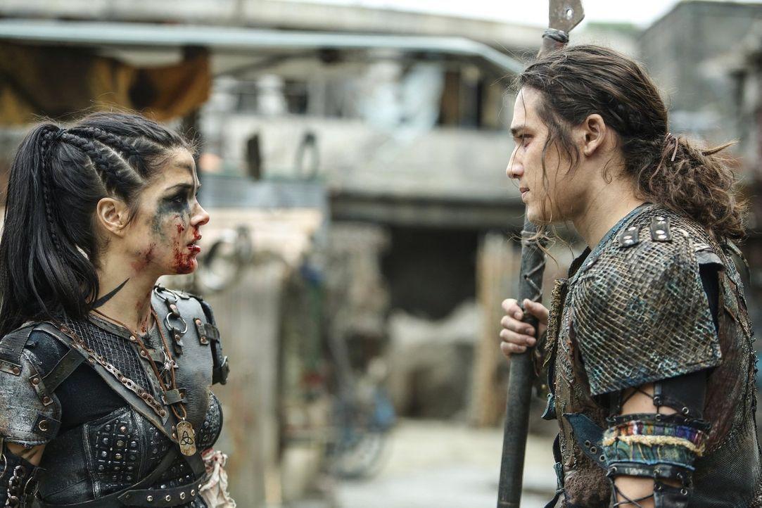 Müssen sich Octavia (Marie Avgeropoulos, l.) und Ilian (Chai Hansen, r.) wirklich ausgerechnet in der Schlacht, in der nur einer von ihnen Überleben... - Bildquelle: 2016 Warner Brothers