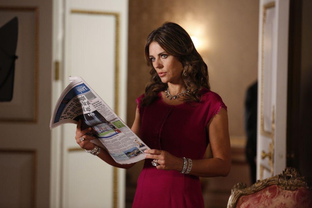 Kann nicht glauben, was sie in der Zeitung sehen muss: Königin Helena (Elizabeth Hurley) ... - Bildquelle: Tim Whitby 2014 E! Entertainment Media LLC/Lions Gate Television Inc. / Tim Whitby