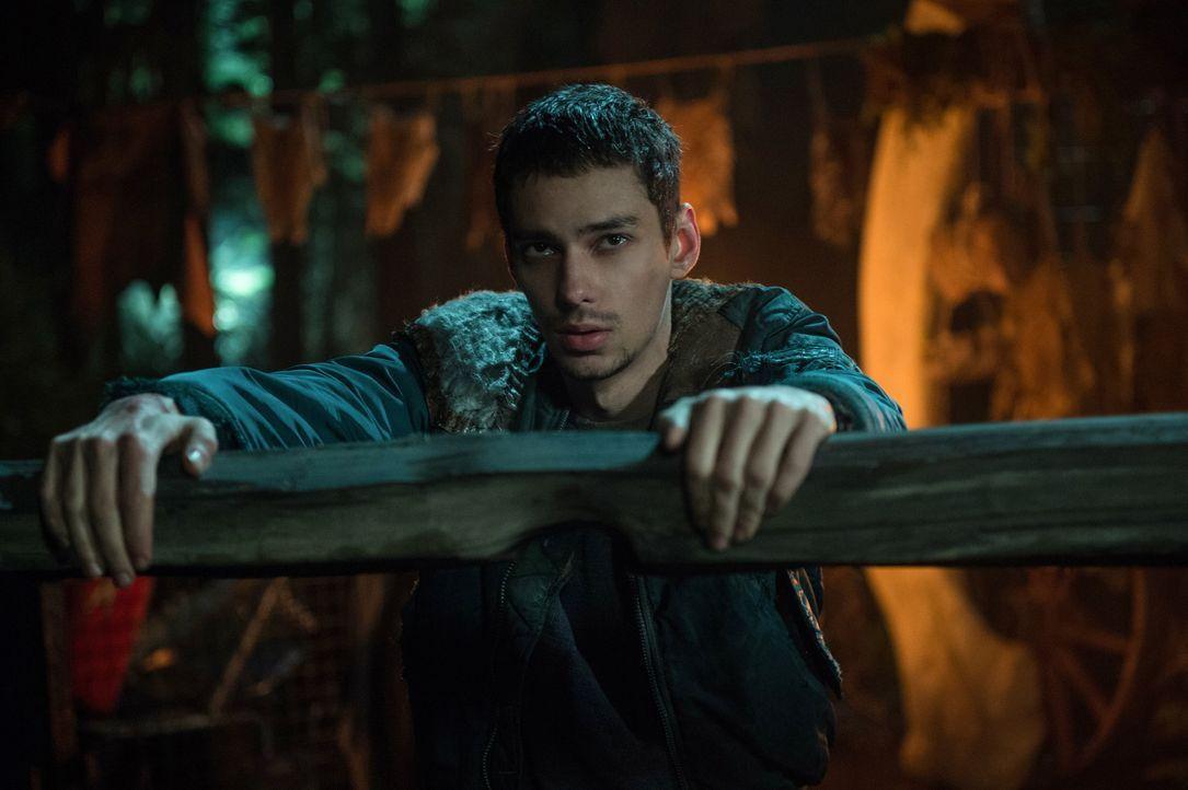 Auch wenn Jasper (Devon Bostick) weiß, dass die Rettung von Raven und seinen anderen Freunden erste Priorität haben sollte, bringt ihn die Erinnerun... - Bildquelle: 2014 Warner Brothers