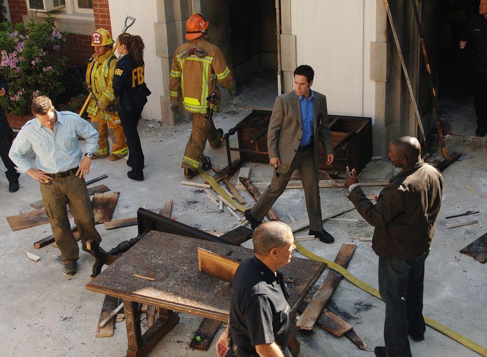 Nachdem ein Gebäude explodiert ist und der Anführer der Patmos-Gemeinde dabei ums Leben gekommen ist, beginnen Don (Rob Morrow, 2.v.r.) Coby (Dylan... - Bildquelle: Paramount Network Television