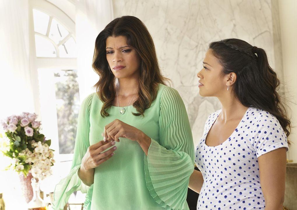 Stehen vor unterschiedlichen Problemen: Jane (Gina Rodriguez, r.) und ihre Mutter Xo (Andrea Navedo, l.) ... - Bildquelle: 2014 The CW Network, LLC. All rights reserved.