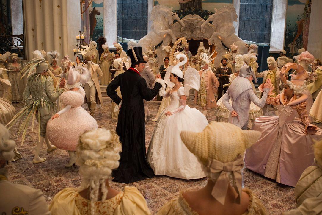 Und wenn sie nicht gestorben sind...: Schneewitchen (Lily Collins, r.) tanzt mit ihrem Prinzen (Armie Hammer, l.) ... - Bildquelle: Jan Thijs STUDIOCANAL