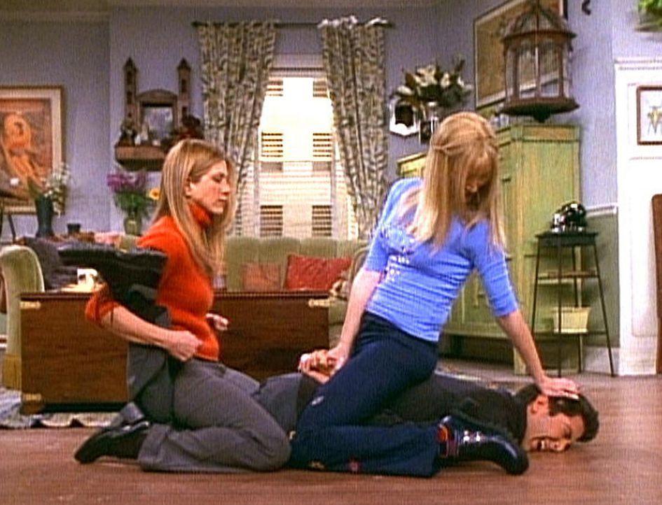 Rachel (Jennifer Aniston, l.) und Phoebe (Lisa Kudrow, r.) sind viel selbstbewusster, seit sie einen Selbstverteidigungskurs machen. Ross (David Sch... - Bildquelle: TM+  2000 WARNER BROS.