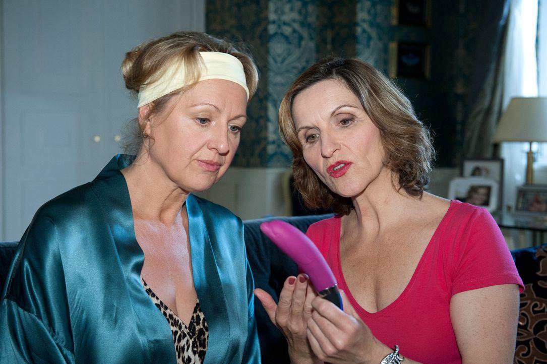 Sylvia (Eva Mannschott, r.) bearbeitet Felicitas (Claudia Lietz, l.) mit ihrer ganz besonderen Beauty-Geheimwaffe ... - Bildquelle: Oliver Ziebe SAT.1