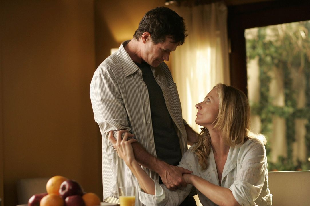 Sean (Dylan Walsh, l.) erfährt, dass Julia (Joely Richardson, r.) und Matt sich auch haben testen lassen - Matt wäre der perfekte Spender für Liz... - Bildquelle: TM and   2004 Warner Bros. Entertainment Inc. All Rights Reserved.